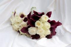 Ramos de la boda púrpuras y colores blancos Fotografía de archivo