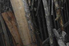 Ramos de madeira velhos e secos colocados no fundo SU do sótão do celeiro imagem de stock