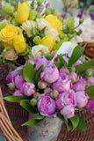 Ramos de rosas amarillas y rosadas Fotografía de archivo