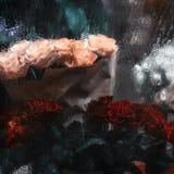 Ramos de rosas rojas, blancas y amarillas detrás de la ventana Foto de archivo libre de regalías