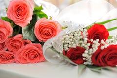 Ramos de rosas rosadas y rojas adornadas Imagenes de archivo