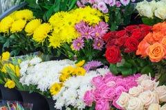 Ramos de rosas y de crisantemos en la tienda Foto de archivo