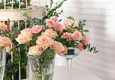 Ramos de rosas y de decoración hermosas Fotos de archivo libres de regalías