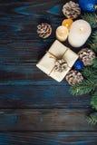Ramos de uma árvore, cones do pinho das decorações do Natal e do Natal, brinquedos azuis do Natal em um fundo de madeira a de emp Fotografia de Stock