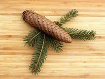 ramos do Pinho-cone e de pinheiro em uma placa de madeira Fotos de Stock