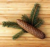 ramos do Pinho-cone e do pinho em uma placa de madeira Imagens de Stock