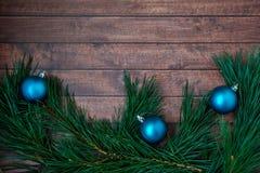 Ramos do pinho e decorações do Natal no fundo de madeira Fotografia de Stock Royalty Free