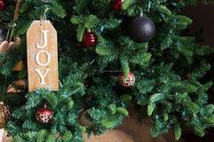 Ramos verdes de uma árvore de Natal com vários ornamento foto de stock