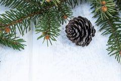 Ramos verdes de uma ?rvore e de cones de Natal em um fundo da placa branca Vista superior com espa?o da c?pia fotos de stock