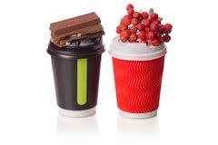Ramoscello del cioccolato di due del cartone tazze di caffè della cenere di montagna di viburno Fotografia Stock