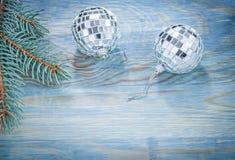 Ramoscello del pino delle palle dello specchio di Natale sul concep di feste del bordo di legno Fotografia Stock