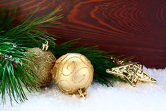 Ramoscello dell'abete decorato con una palla e una stella Fotografie Stock Libere da Diritti