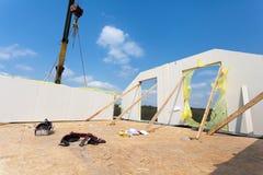 Ramowego domu budowa Instalacja kończył ściany na drugim piętrze budynek z żurawiem Obraz Royalty Free