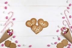 Ramowi cukierki i ciastka w postaci kierowego Odgórnego widoku Białego drewnianego tła Obrazy Royalty Free