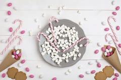 Ramowi cukierki i ciastka w postaci kierowego Odgórnego widoku Białego drewnianego tła Fotografia Royalty Free