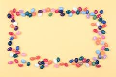 Ramowi Galaretowej fasoli cukierki w prostokątnym pucharze fotografia stock