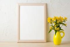 Ramowy mockup z kolorem żółtym kwitnie w stylizowanej miotacz wazie zdjęcie royalty free