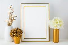 Ramowy mockup z z kości słoniowej hortensją w złotej wazie, biały vas Fotografia Stock