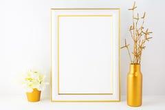 Ramowy mockup z z kości słoniowej hortensją w złotym kwiatu garnku Fotografia Stock