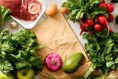 Ramowy papierowej torby ustalony zdrowy karmowy biały drewniany stołowy Odgórny widok Fotografia Stock