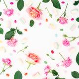 Ramowy wzór z różami, pączkami, liśćmi i marshmallow z cukierkiem na białym tle, Mieszkanie nieatutowy, odgórny widok tło mleczy  Obrazy Stock