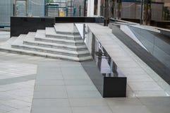 Ramp disponible para apoyar a los usuarios de silla de ruedas en un edificio de oficinas moderno, las instalaciones del transport Foto de archivo libre de regalías