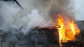 ramp Het brandbestrijderswerk aangaande een brand Brand in een privé huis stock video
