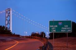 Ramp som för till den San Francisco Bay bron Arkivbild