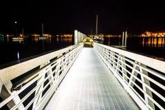 Ramp a un muelle en la noche en West Palm Beach, la Florida Fotografía de archivo