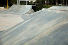 Rampa concreta al aire libre del monopatín en el parque Foto de archivo