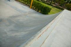 Rampa concreta al aire libre del monopatín en el parque Fotos de archivo libres de regalías