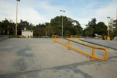 Rampa concreta al aire libre del monopatín en el parque Foto de archivo libre de regalías
