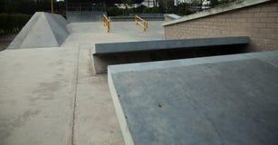Rampa concreta al aire libre del monopatín en el parque Fotografía de archivo