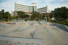 Rampa concreta al aire libre del monopatín en el parque Imagen de archivo