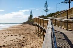 A rampa de acesso da praia sobre à areia com foco seletivo em Chr fotografia de stock royalty free