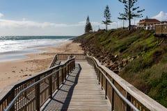 A rampa de acesso da praia sobre à areia no Au sul da praia de Christies fotografia de stock royalty free
