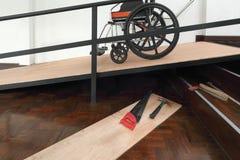 Rampa de la silla de ruedas de la mejora, de la instalación de la casa para el envejecimiento y ancianos fotos de archivo
