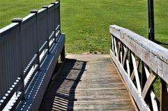 Rampa di legno che conduce verso il basso ad un campo erboso fotografia stock libera da diritti
