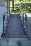 rampa dla wózków inwalidzkich i obezwładniająca przy wejściem budynek Zdjęcie Royalty Free