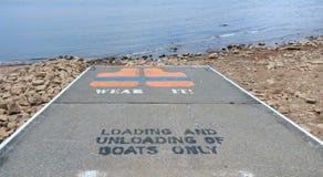 Rampa do barco com aviso do revestimento de vida. Fotos de Stock
