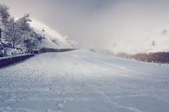 Rampa en las montañas nevosas Imágenes de archivo libres de regalías