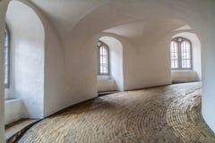 Rampa espiral de la torre redonda en Copenhague, Denma imagenes de archivo