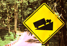 Rampa - segnali stradali accanto alla strada campestre Fotografia Stock