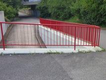 Rampa y escalera al aire libre con la verja roja Fotos de archivo libres de regalías