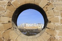 Ramparts Essaouira осматривают через окно крепости в Марокко Essaouira город в западном морокканском регионе на стоковое изображение