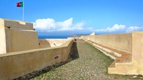 Ramparts Sagres Forteczny Fortaleza z Cabo De Sao Vincente St Vincent przylądka latarnią morską w tle, Sagres, Algar zdjęcie royalty free