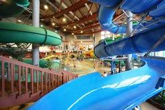 Rampas como a espiral e escadaria no aquapark Imagens de Stock