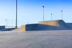 Rampas concretas genéricas do parque do patim fora com céu azul Fotografia de Stock Royalty Free