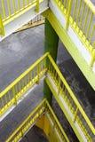 Rampe avec plusieurs planchers Balustrade jaune images libres de droits