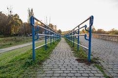 Rampe bleue de balustrade en métal sur la vieille promenade pendant le coucher du soleil, richard Photographie stock